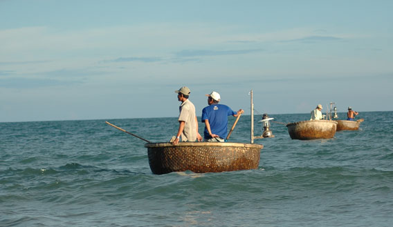 adia_2007_03_25_DSC_6835_fishermen_strange_oval_round_boats_vietnam_mui_ne_cringel.com.jpg