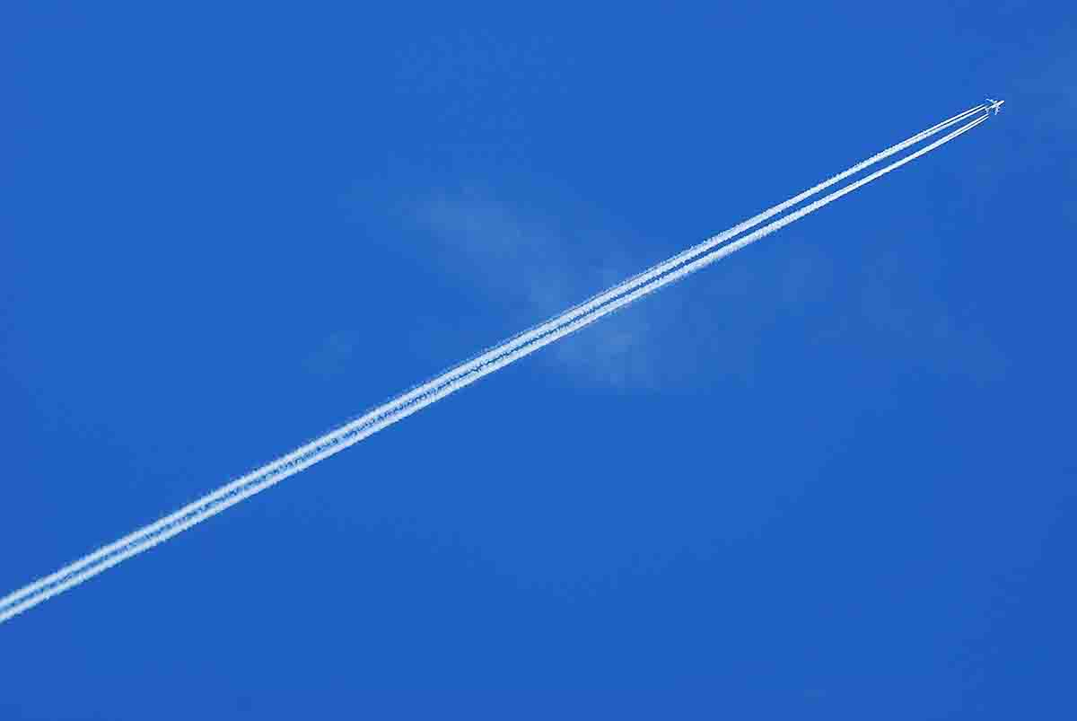 Boeing-747-Contrail-low-1200.