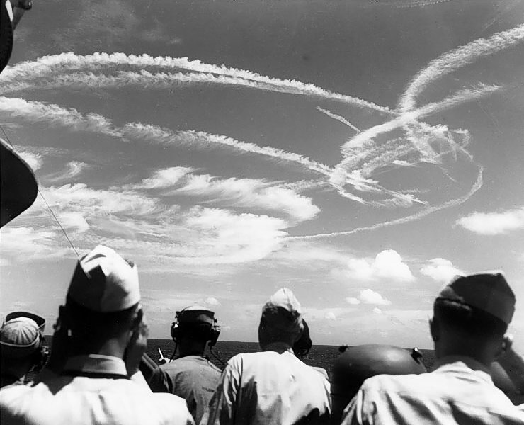 Fighter_plane_contrails_in_the_sky.jpg