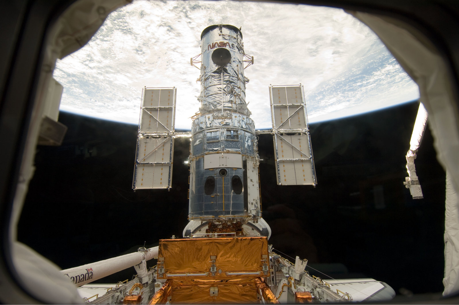 Hubble_docked_in_the_cargo_bay.