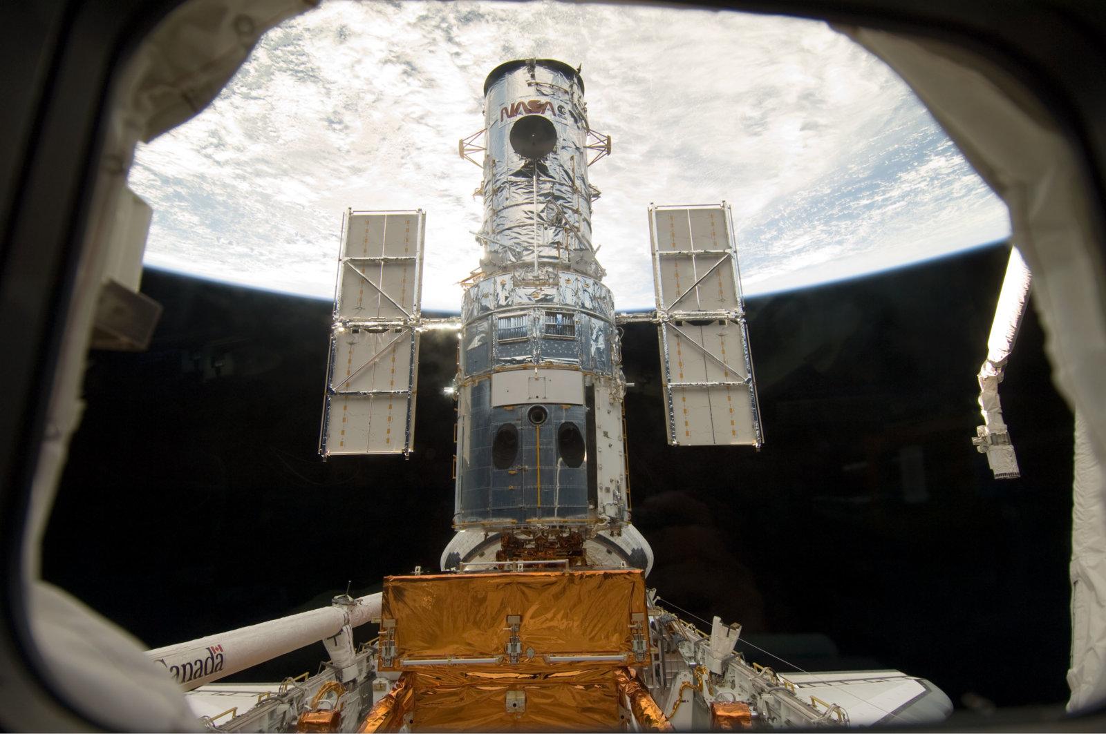 Hubble_docked_in_the_cargo_bay.jpg