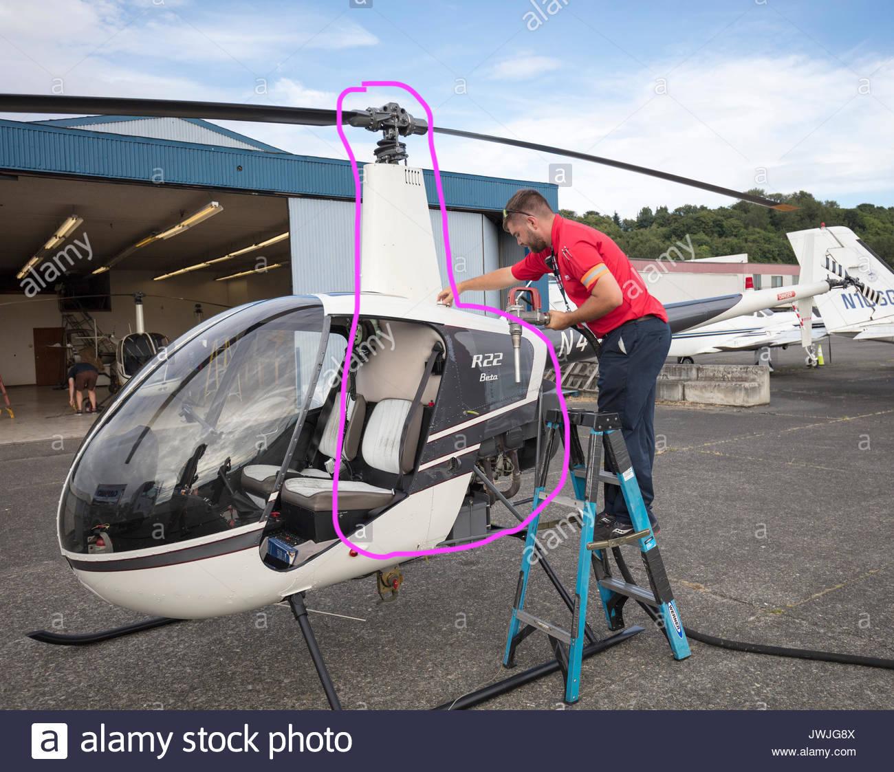 man-tanken-robinson-r22-helikopters-boeing-field-seattle-usa-jwjg8x.jpg