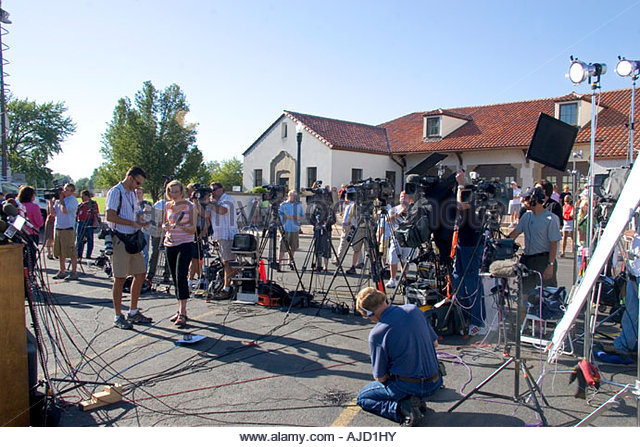 media-crews-await-a-press-conference-with-idaho-senator-larry-craig-ajd1hy.jpg