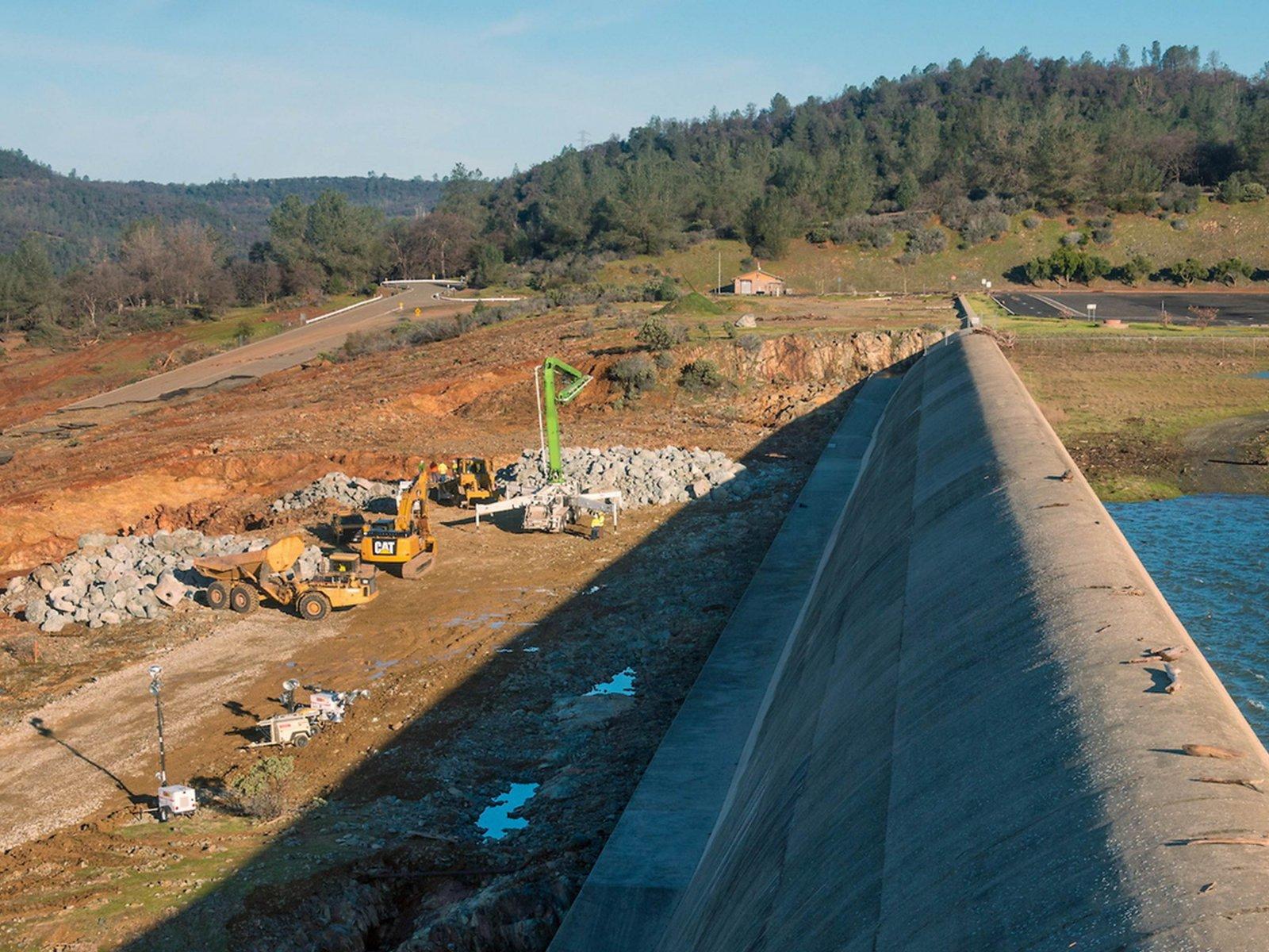 Oroville-dam-2-14-2017-1.
