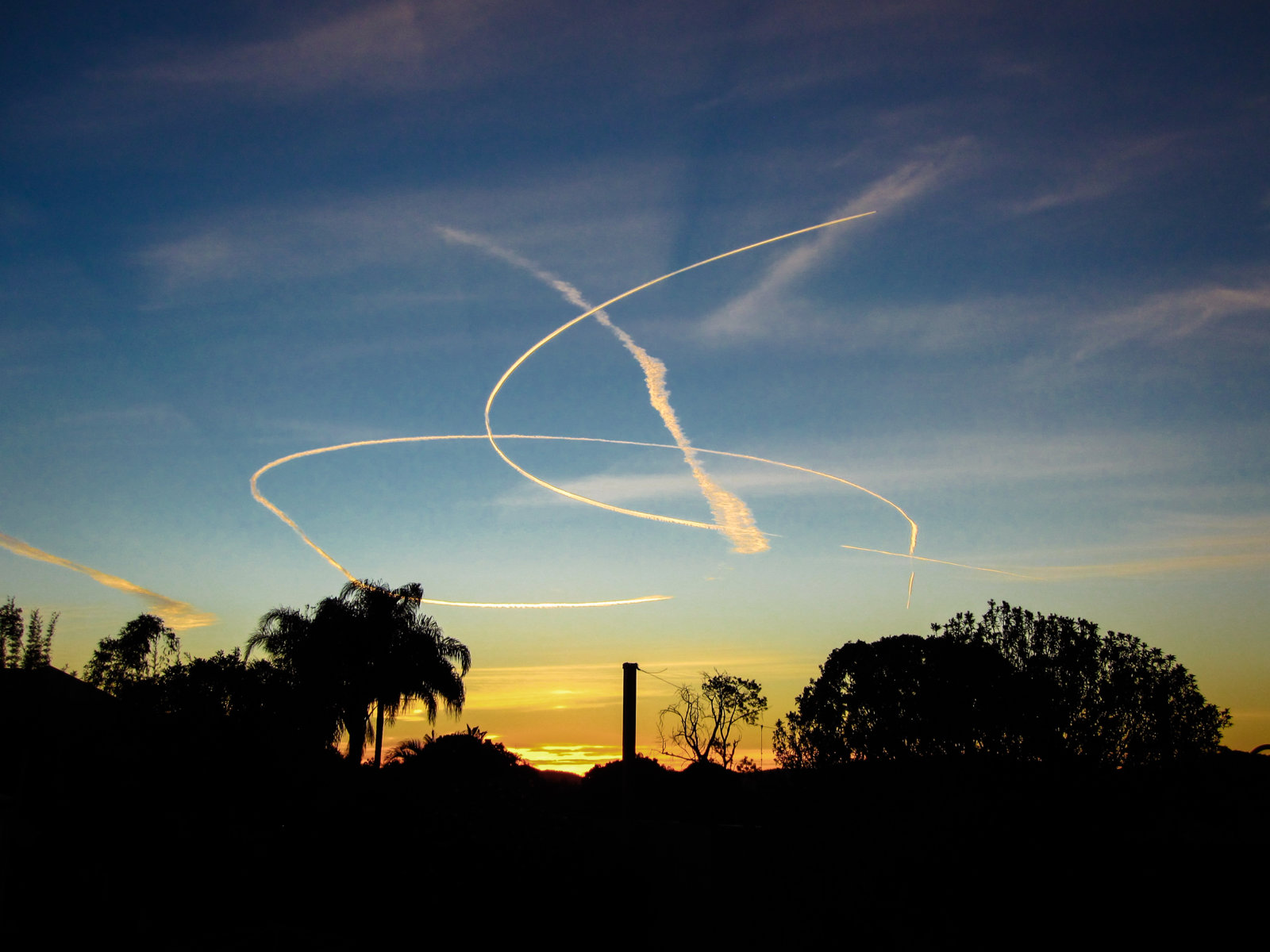 small contrails holding pattern-4149.jpg