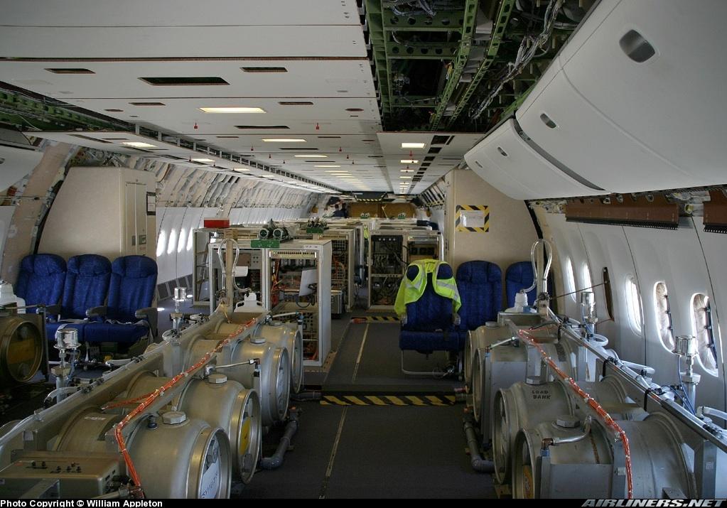 Una rara immagine dell'interno di un Boeing 777 adattato alla emissione delle scie chimiche