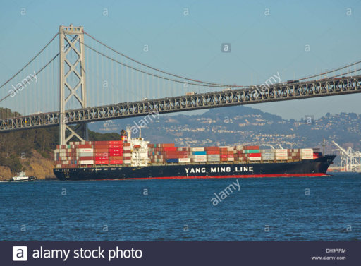 a-yang-ming-line-container-ship-passes-under-the-san-francisco-oakland-DH9RRM.jpg